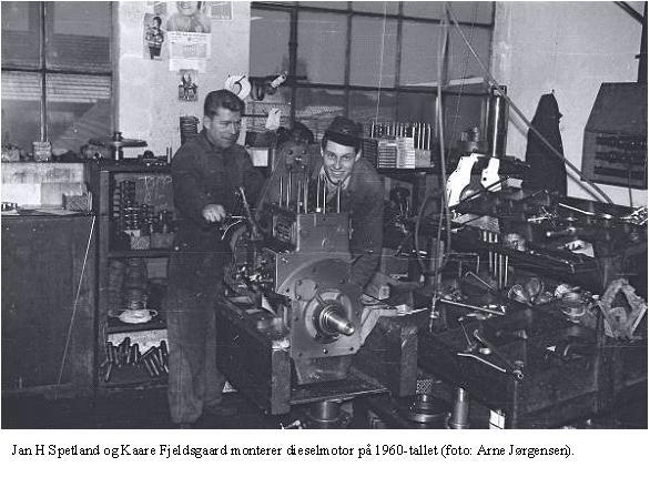 Jan H Spetland og Kaare Fjeldsgaard monterer dieselmotor på 1960-tallet (foto: Arne Jørgensen).