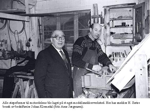 Alle støpeformer til motordelene ble laget på et eget modellsnekkerverksted. Her har snekker H. Sætre besøk av bedriftseier Johan Klemsdal (foto: Arne Jørgensen).